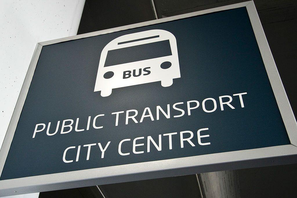 Placa indicando parada de ônibus no aeroporto de Praga
