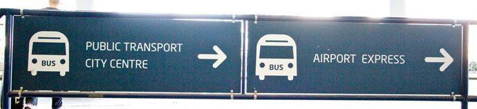 Placa indicativa do ponto de transporte público no Terminal 2 - aeroporto de Praga