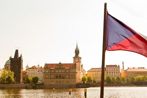 Bandeira da República Tcheca com a Torre da Ponte na Cidade Velha e a torre da caixa d'água, Praga