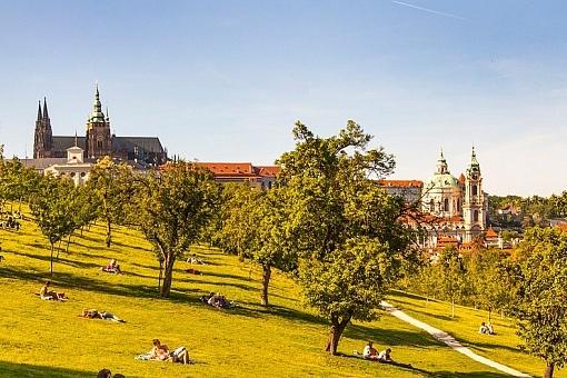 Tchecos jogados ao sol no Parque Petřín, ao lado do Castelo de Praga