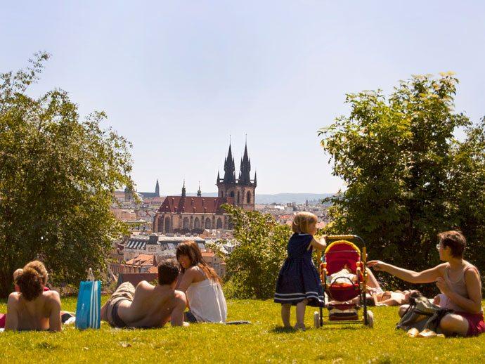 Tchecos no Parque Letná, Praga, aproveitando o sol nos dias mais quentes