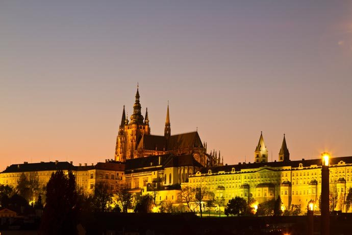 Castelo de Praga iluminado na blue hour