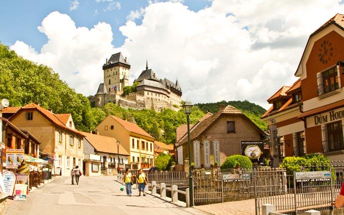 O Castelo de Karlstejn dominando a paisagem da vila