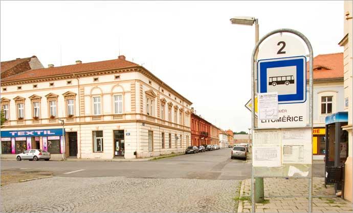 Parada do ônibus vindo de Praga, em Terezín