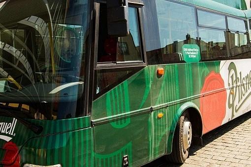 Ônibus do tour da cervejaria Pilsner Urquell, em Pilsen (Plzen)