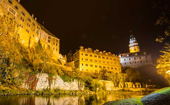 Castelo de Cesky Krumlov e rio Vltava à noite