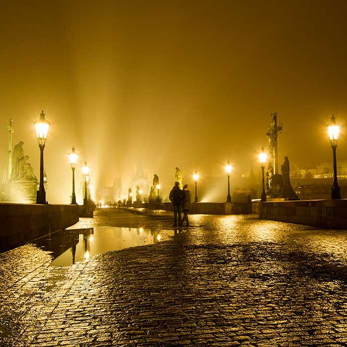 Ponte Carlos, em Praga, à noite, no inverno