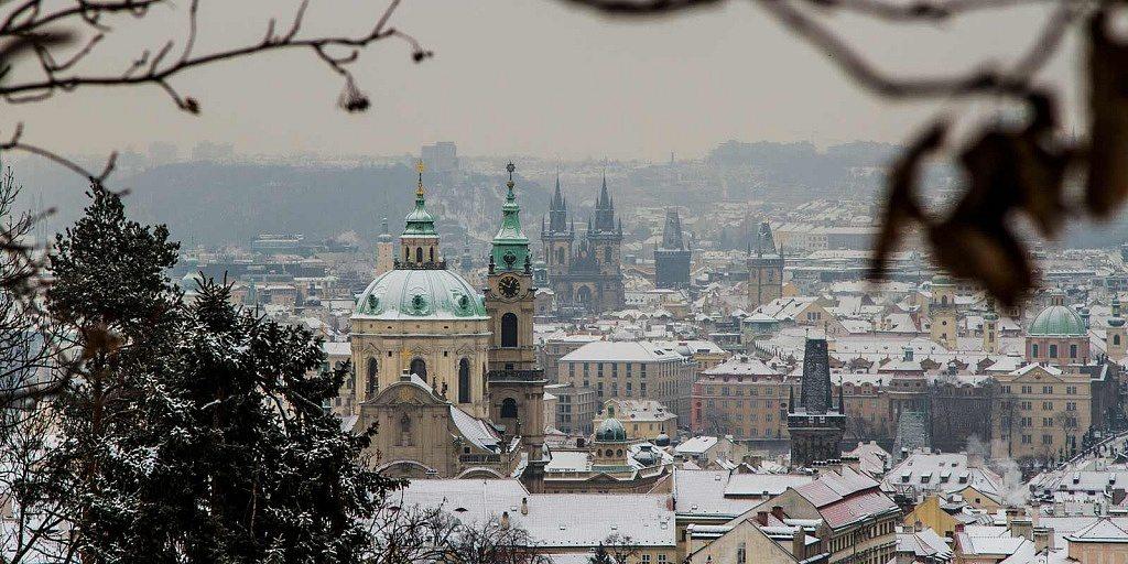 Inverno em Praga: cidade coberta de neve