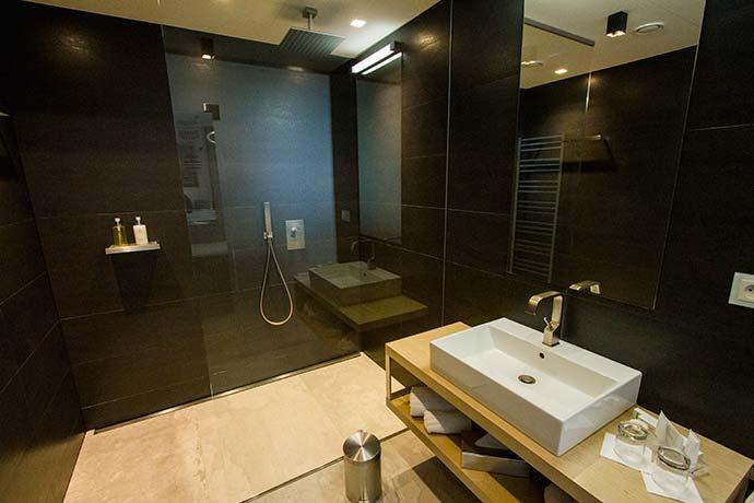 Hotel em Praga: banheiro da cobertura do Mosaic House