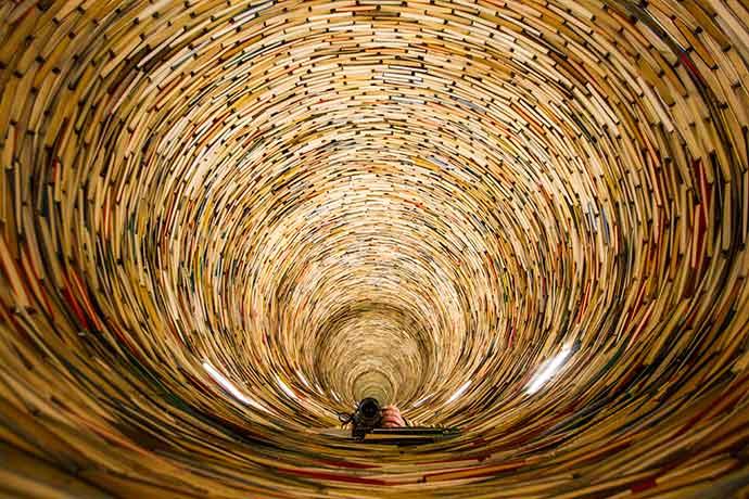 Praga: túnel de livros Biblioteca Municipal de Praga