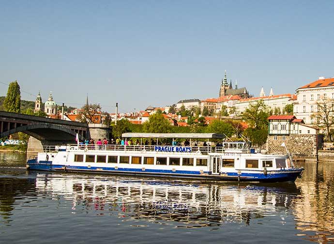 Barco em Praga: barco passeando pela Vltava