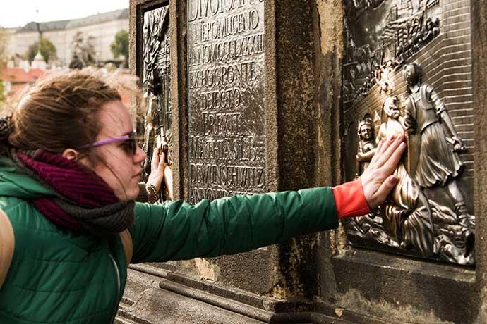 Ponte Carlos, em Praga: lenda de São João Nepomuceno