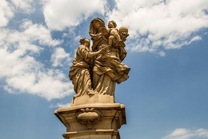 Ponte Carlos, em Praga: estátua Santa Ana