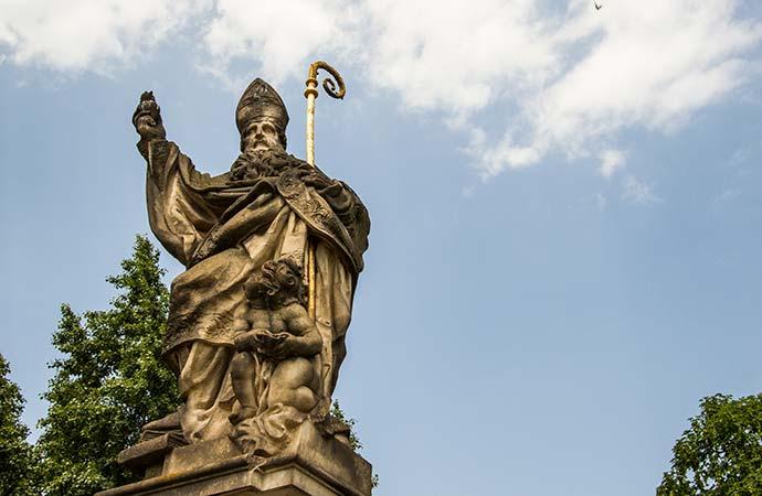Ponte Carlos, em Praga: estátua de Santo Agostinho