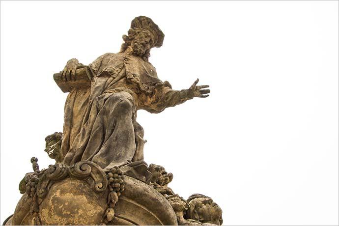 Ponte Carlos, em Praga: estátua de Santo Ivo