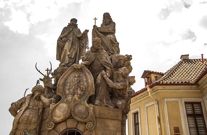 Ponte Carlos, em Praga: estátua de São João da Mata, Félix de Valois e Santo Ivã