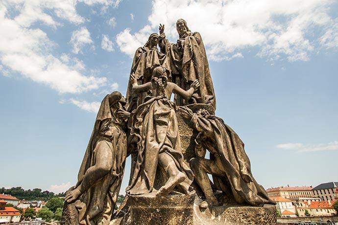 Ponte Carlos, em Praga: estátua de São Cirilo e São Metódio