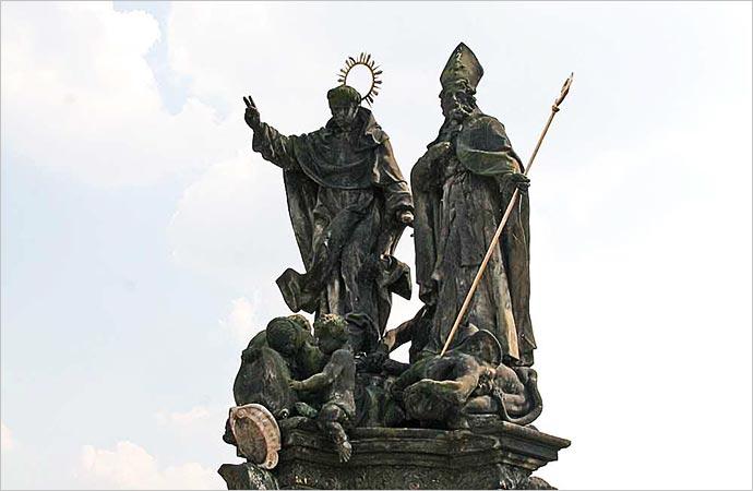 Ponte Carlos, em Praga: estátua de São Vicente Ferrer e São Procópio