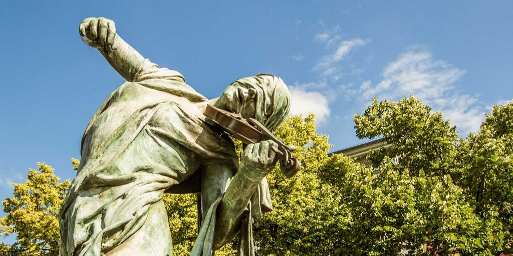"""Esculturas em Praga: obra """"Čeští muzikanti"""" (""""Músicos tchecos""""), de Anna Chromy, na Praça Senovažné (Senovažné náměstí)"""