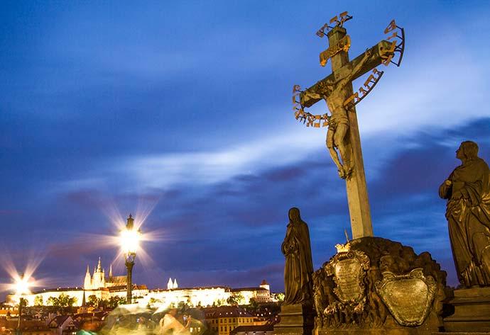 Ponte Carlos, em Praga: Jesus crucificado, colocado no lugar onde ficava a cruz de madeira