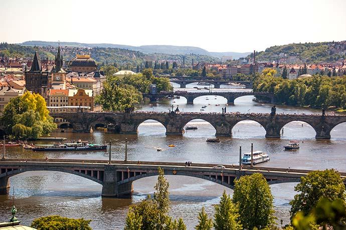 Ponte Carlos, em Praga: vista desde o parque Letná