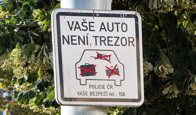 Placa de alerta de furto para motoristas em Praga