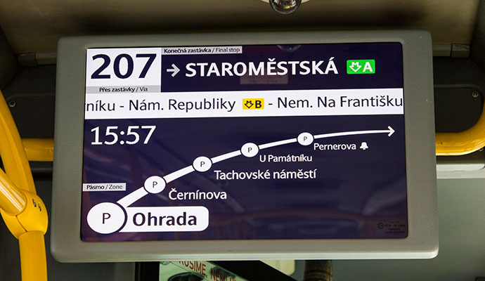 Transporte em Praga: monitor com as paradas do ônibus